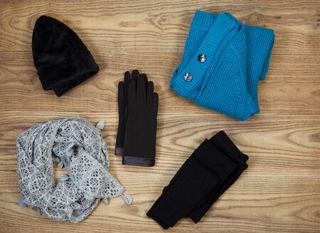 Overhead Ansicht der Herbst oder Winter Kleidung und Accessoires auf rustikalen Holzbretter gelegt. Zu den Elementen gehören Handschuhe, Mütze, Wolle Socken, Schal und Pullover. Standard-Bild - 29195313