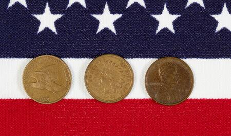 monete antiche: Closeup vista di Stati Uniti One Cent Pieces, date di inizio originali, immessi sul bandiera americana