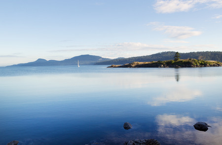 Horizontal photo of Orcas Island harbor within the San Juan Islands during summer evening 版權商用圖片 - 29991075