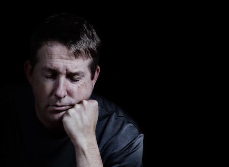 전면보기 그의 눈을 가진 성숙한 남자의 닫고 검은 색 바탕에 우울증을 표시하는 손에 턱을 가까이 스톡 콘텐츠