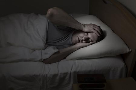 Ltere Menschen, weit mit beiden Händen auf die Stirn offenen Augen, kann nachts nicht unter Schlaflosigkeit schlafen Standard-Bild - 32500146