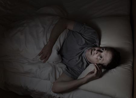 despertarse: Top imagen vista de maduro hombre inquieto en la cama de insomnio