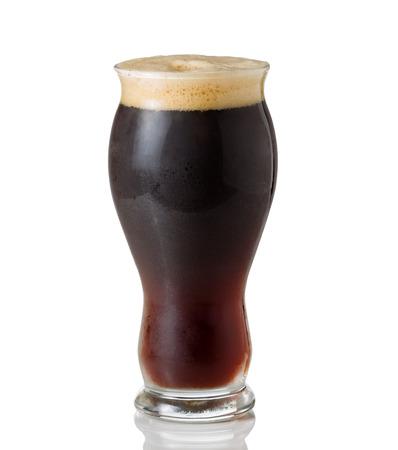 cerveza negra: Vidrio bien formada alto lleno de cerveza europea oscuro en blanco con la reflexión