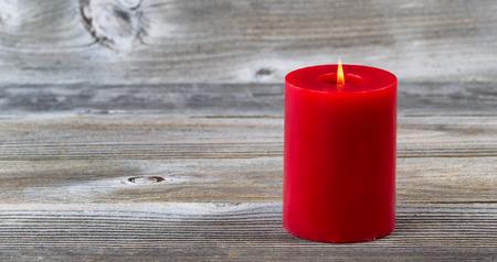velas de navidad: De color rojo brillante sola vela vacaciones en la madera rústica