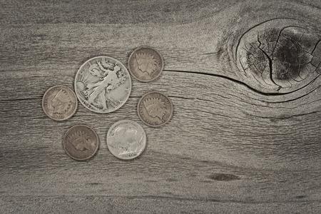 monete antiche: Old Stati Uniti monete su legno rustico con annata concetto. Layout in formato orizzontale.