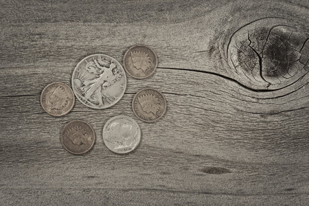monedas antiguas: Viejo Estados Unidos monedas en madera rústica con el concepto vintage. Disposición en formato horizontal.