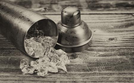 ice crushed: Vintage concept van een oude metalen drankje mixer die aan kant met crushed ijs stroomt uit op rustieke houten Stockfoto