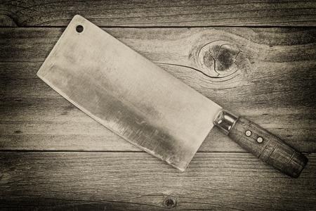 carnicero: Concepto de la vendimia de un gran cuchillo de carnicero viejo tradicional en madera rústica