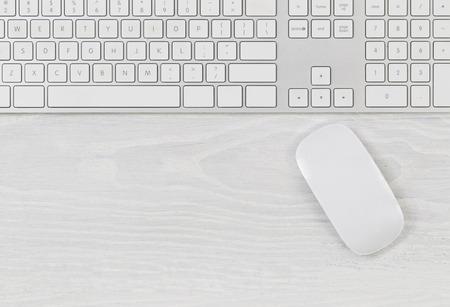 Weiß Bürotisch mit Computer-Tastatur und Maus. Ansicht von oben mit viel Platz kopieren. Standard-Bild - 40049740