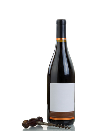 Rode wijn en vintage kurkentrekker op een witte achtergrond met reflectie.