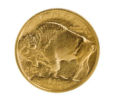 미국의 골드 버팔로 동전 순금의 뒷면은 순수한 흰색 배경에 고립. 매크로 렌즈와 함께 스튜디오에서 원시 상태의 총에 동전. 스톡 콘텐츠 - 41630777