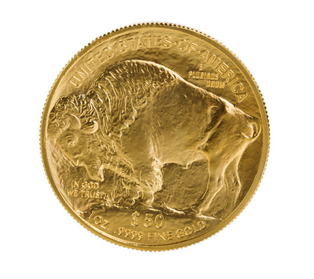 lingotes de oro: Dorso de la moneda de oro American Buffalo oro fino aislado en fondo blanco puro. Moneda en pr�stina condici�n de disparo en el estudio con lente macro. Foto de archivo