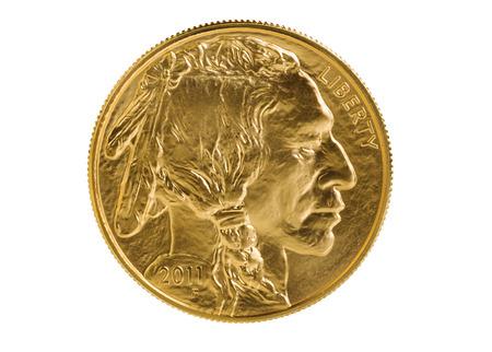 lingotes de oro: Anverso de la moneda de oro American Buffalo oro fino aislado en fondo blanco puro. Moneda en prístina condición de disparo en el estudio con lente macro. Foto de archivo
