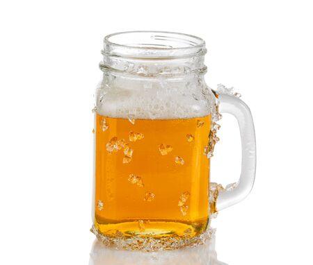 jarra de cerveza: Hielo cerveza �mbar fr�o en frasco de vidrio. Aislado en el fondo blanco con la reflexi�n.