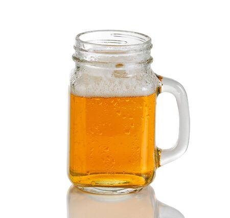 jarra de cerveza: �mbar rojizo Fr�a coloreado cerveza en frasco de vidrio. Aislado en el fondo blanco con la reflexi�n. Foto de archivo