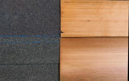 cedar shakes: Comparaci�n lado a lado de la alta calidad de las nuevas tejas compuesto y la sacudida del cedro en formato horizontal. Foto de archivo