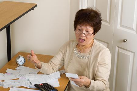 factura: Superior de la mujer en estado de shock de sus cuentas financieras. En concepto de la deuda.