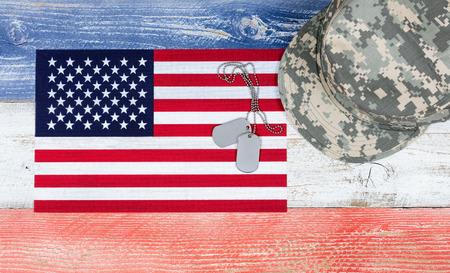 头顶上的美国国家颜色的红色,白色,蓝色老化板与军事帽,美国国旗和识别标签。爱国的概念。