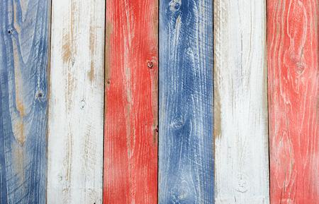 tablas de madera pintadas estresados ??rojo, blanco y azul para el concepto patriótico de los Estados Unidos de América. Disposición en formato vertical. Foto de archivo
