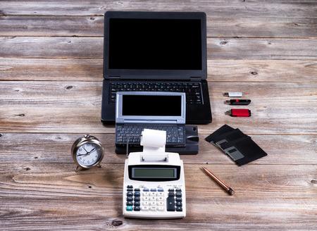 L'evoluzione della tecnologia a partire con l'annata aggiungendo macchina e finendo con i moderni computer portatile. Archivio Fotografico - 54480676