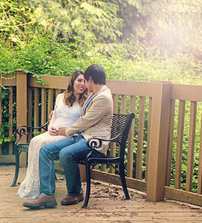 mom dad: Contar con mamá y papá sentado en el banco de patio con maderas en el fondo. Haze efecto de luz aplicada a la imagen.