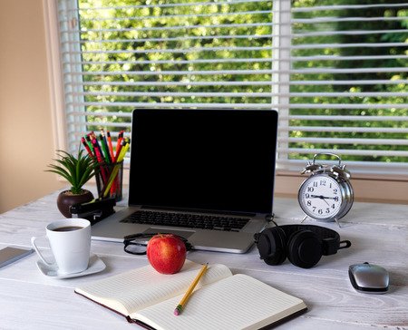 mobile headsets: Working desktop in front of large window with bright daylight and trees in background
