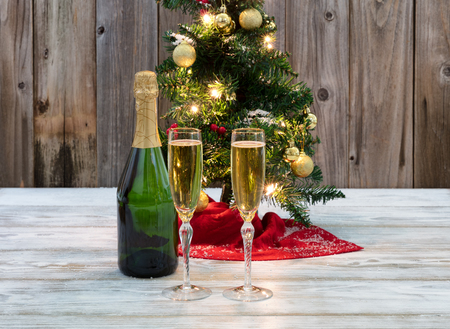 Holiday drinks for the winter season with Christmas tree in background Stockfoto
