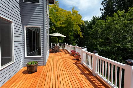 Neues Holzdeck aus rotem Zedernholz bei schönem Wetter in horizontaler Anordnung in