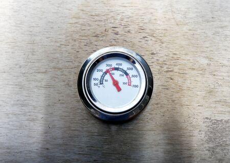 Temperature gage on barbecue cooker 版權商用圖片