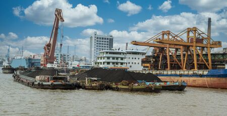 Rare earth elements and minerals loaded on cargo ship in China Imagens