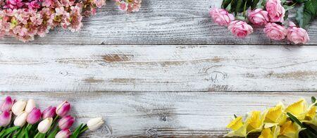 Bordures d'angle d'une variété de fleurs artificielles pour les concepts de printemps ou d'amour