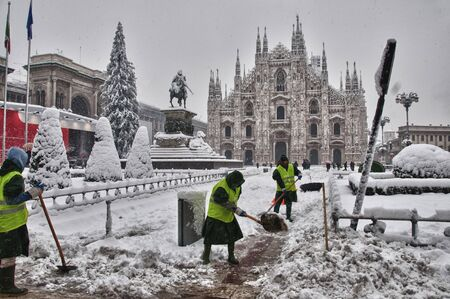 Snow operators in public square Dome to Milan