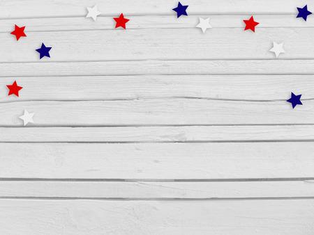 Confetti étoiles sur fond en bois. 4 juillet, jour de l'indépendance, carte, invitation aux couleurs des drapeaux américains. Vue de dessus, espace vide. Banque d'images