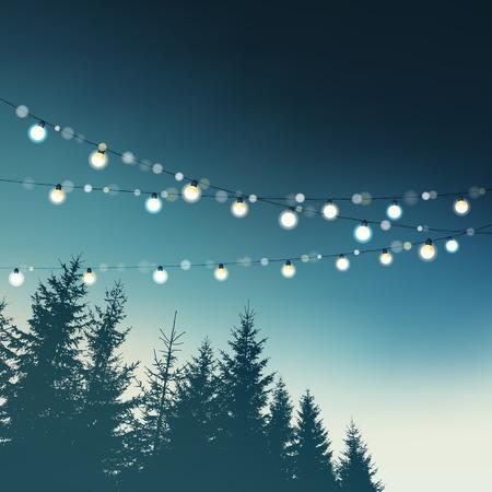 Wiszące dekoracyjne światła firm święto. Boże Narodzenie, urodziny, wesele, garden party karty okolicznościowe, zaproszenia. Las, drzewo świerk zarysy na nocnym niebie. Wektor ilustracji. Ilustracje wektorowe