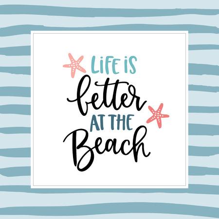 Das Leben ist besser am Strand. Handbeschriftungs-Zitatkarte mit einer Seesternillustration. Vektor Hand gezeichnetes motivierendes und inspirierendes Zitat. Kalligraphisches Plakat. Urlaub, Sommerkonzept.
