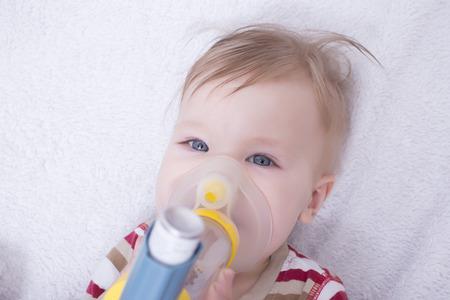 oxigeno: Beb� usando un inhalador de asma