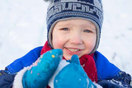 boule de neige: Jeune gar�on jouant avec une boule de neige