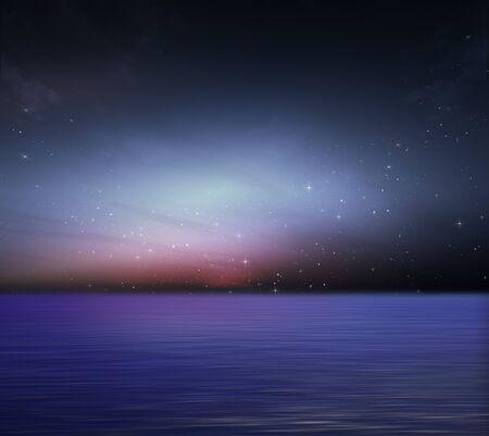 s nachts op zee en de nachtelijke hemel Stockfoto