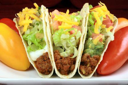 作られた新鮮なホット メキシコ tostadas 新鮮なレタス、ワカモレ豆、牛肉ですばらしい国際プレート 写真素材