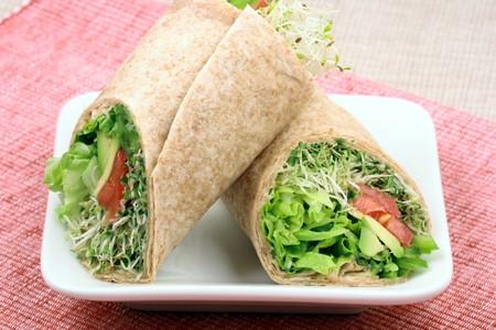 新鮮な野菜の完璧な健康的な食事とおいしい有機サンドイッチ ラップ 写真素材