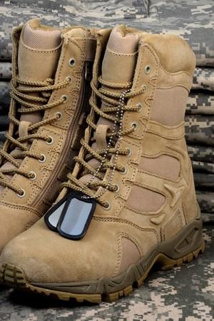 Armee Bereitstellung militärischer Wüste Stiefel und Tag-Ketten, wenn die Zeit unsere Soldaten kommt sind bereit.  Standard-Bild