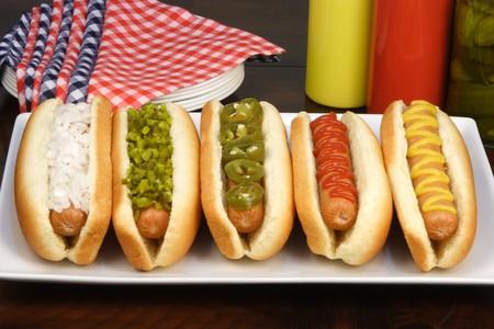 Hot Dogs auf einen schönen Tisch reichen Texturen, Farben und Geschmacksrichtungen