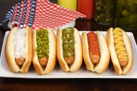 Hotdogs auf eine nette Tabelle festlegen reichen Texturen Farben und Aromen      Standard-Bild