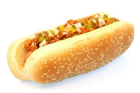 Hot-Dog vor weißen Hintergrund mit Chili, Zwiebeln und Pickles an der Spitze