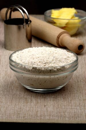 Teig Zutaten und Küchenutensilien oben auf feines Leinen