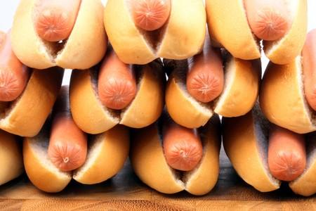 perro caliente: ingredientes de hot dog en una agradable mesa rica en colores y sabores perfecto para picknicks