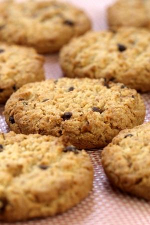 Frisch gebackene Stack warme Schokolade-Chips Cookies on baking Silikon Bogen shallow DOF
