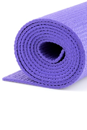 weightlifting equipment: mat de yoga contra backgound blanco perfecto para exersises yoga y strecthing Foto de archivo