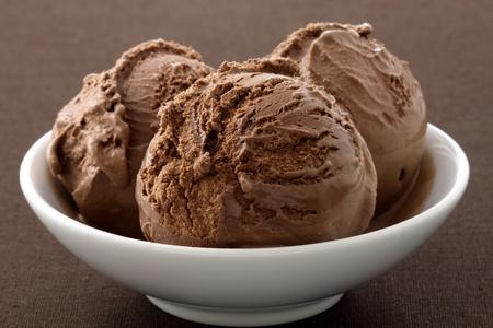 マッシュ ポテトまたは短縮、すべての規制を満たしているで行われたが、本当のグルメ チョコレート アイス クリーム乳製品を宣伝する本物の乳製 写真素材