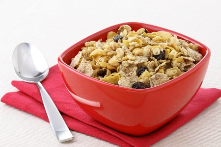 comiendo cereal: Desayuno de muesli integrales delicioso y saludable, con una gran cantidad de frutos secos, nueces y granos Foto de archivo
